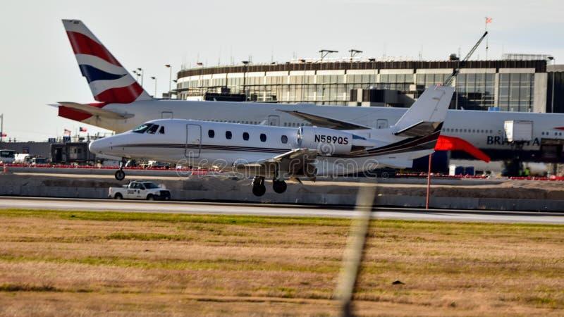 Atterraggio di aeroplano del Cessna 560XL su una pista immagine stock libera da diritti