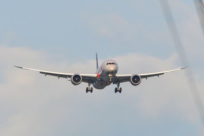 Atterraggio di aeroplano del passeggero all'aeroporto fotografia stock