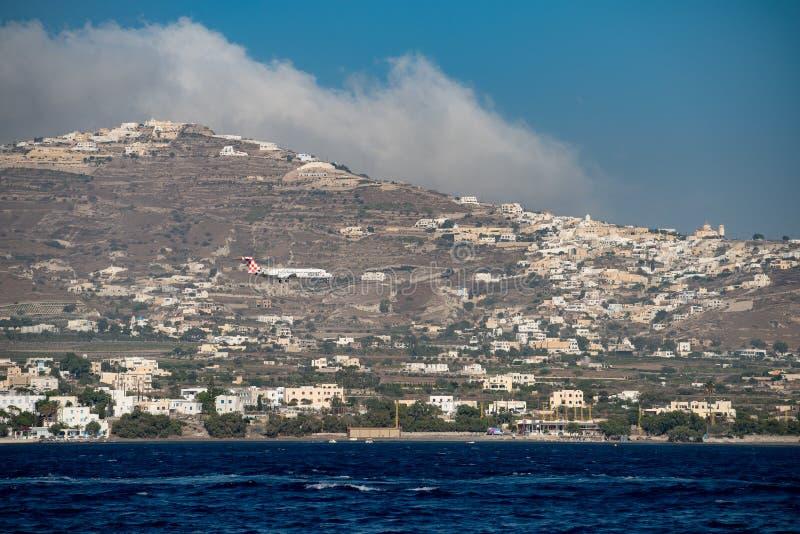 Atterraggio di aeroplano dello statuto di stagione nell'aeroporto di Santorini immagine stock