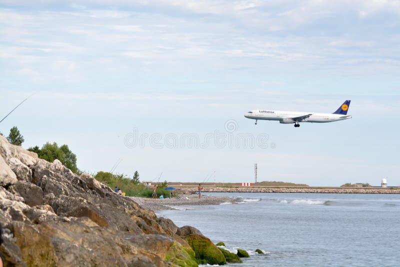 Atterraggio di aeroplano di Lufthansa fotografia stock