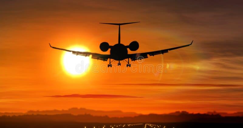 Atterraggio di aeroplano - siluetta del getto privato sul tramonto immagini stock