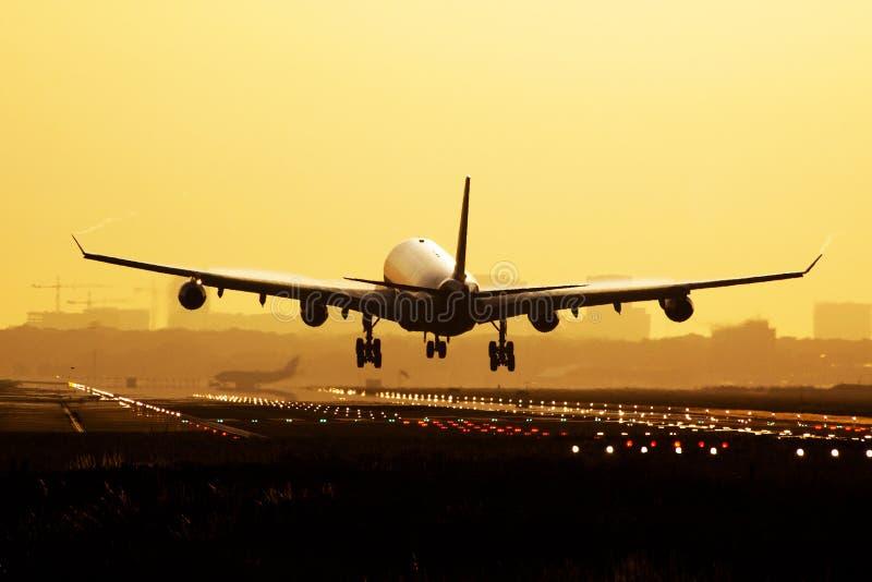 Atterraggio di alba dell'aeroplano immagine stock libera da diritti