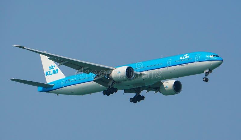 Atterraggio di Boeing 777-300ER di linee aeree di KLM Royal Dutch immagine stock