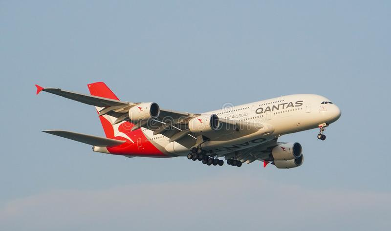 Atterraggio di Qantas Airways Airbus A380 immagine stock