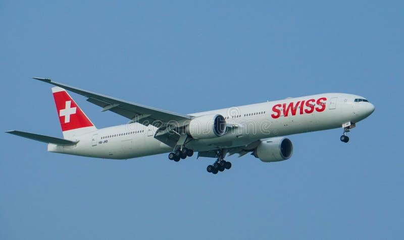 Atterraggio di Swiss International Air Lines Boeing 777-300ER immagine stock libera da diritti