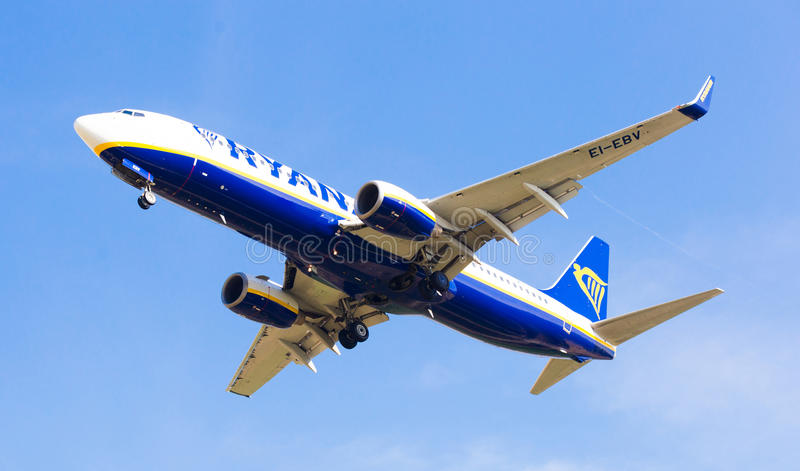 Atterraggio piano di linee aeree di Ryanair fotografie stock libere da diritti