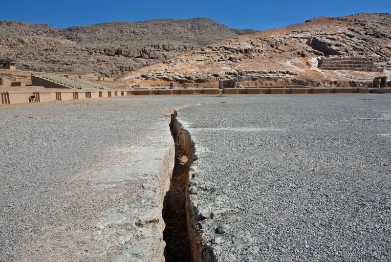 Atterri la crepa dal terremoto sul territorio del Persepolis rovinato fotografia stock libera da diritti