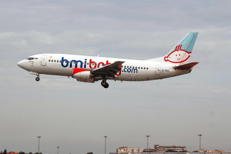 Atterrissage britannique de vol d'affrètement dans l'aéroport de Lisbonne photo libre de droits