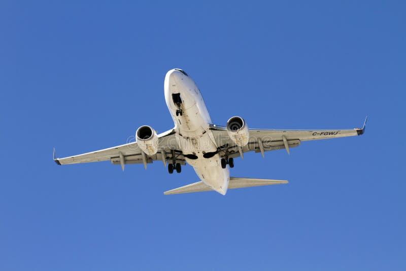 Atterrissage commercial d'avion de passagers image stock