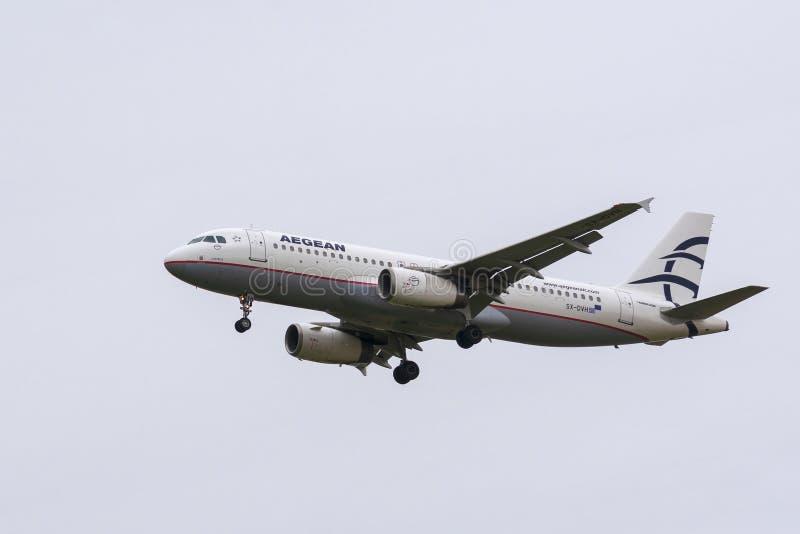 Atterrissage d'Aegean Airlines Airbus A320-232 photographie stock libre de droits