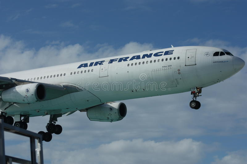 Atterrissage d'Air France - d'Airbus A340 image stock