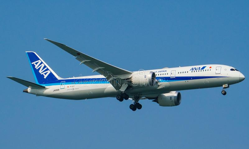 Atterrissage d'All Nippon Airways ANA Boeing 787-9 Dreamliner photos stock