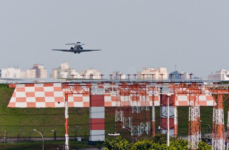 Atterrissage d'avion à réaction dans Congonhas image libre de droits