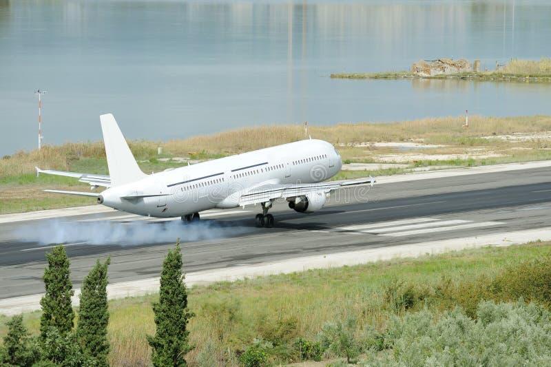 Atterrissage d'avion image stock