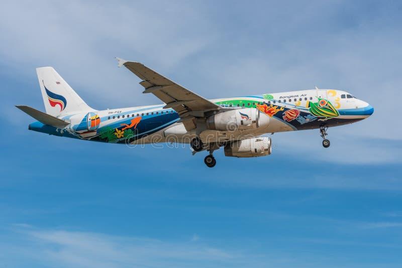 Atterrissage d'avion de Bangkok Airways à l'aéroport de Phuket photo stock