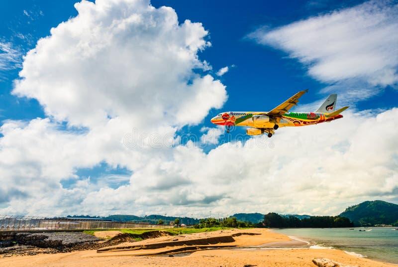Atterrissage d'avion de Bangkok Airways à l'aéroport de Phuket image libre de droits