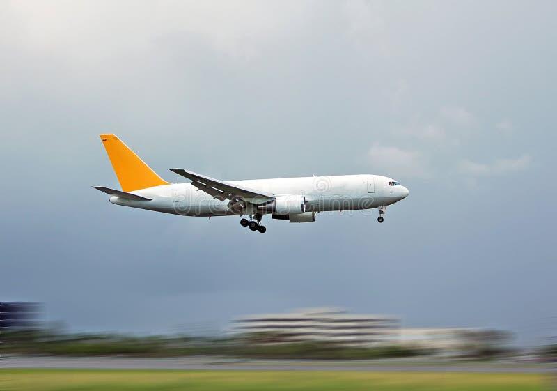 Atterrissage d'avion de charge photos stock