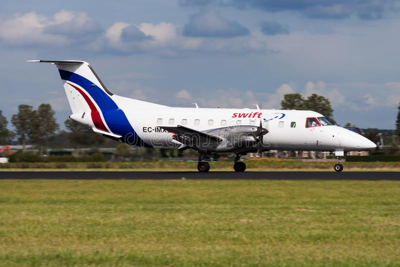 Atterrissage d'avion de charge de Swiftair Embraer 120 EC-IMX à l'aéroport d'Amsterdam Schipol photos libres de droits