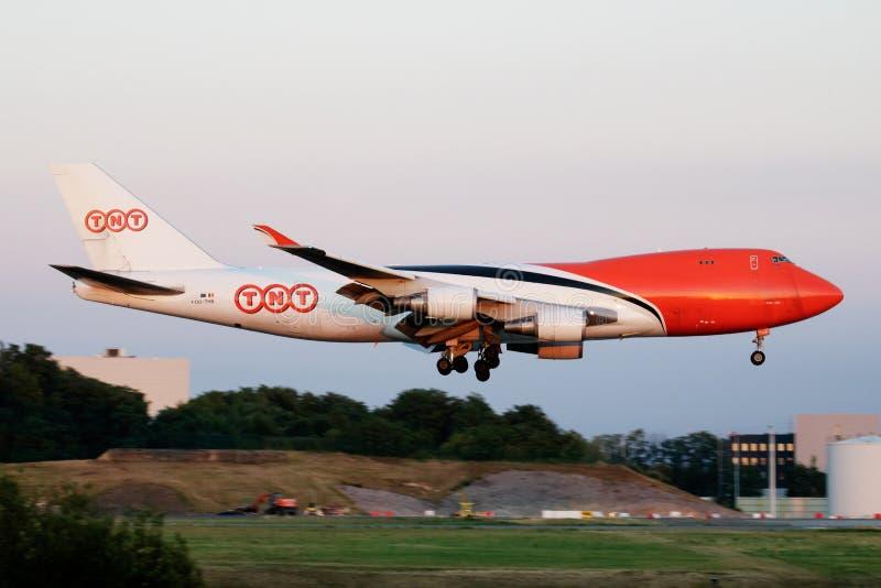 Atterrissage d'avion de charge de TNT Airways Boeing 747-400 OO-THB à l'aéroport de Liège image stock