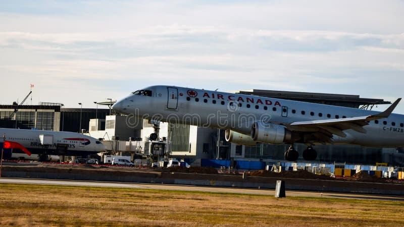 Atterrissage d'avion de lignes aériennes d'Air Canada sur une piste photos libres de droits