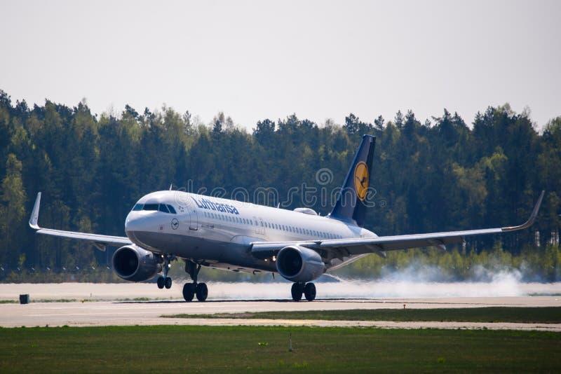 Atterrissage d'avion de Lufthansa Airbus 320-200 image libre de droits