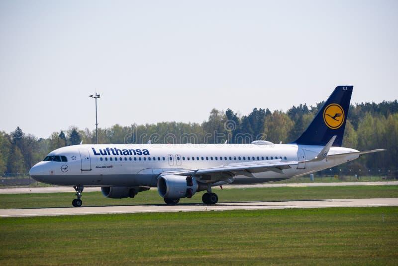 Atterrissage d'avion de Lufthansa Airbus 320-200 images libres de droits