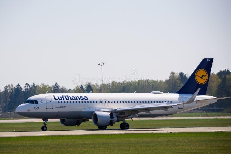 Atterrissage d'avion de Lufthansa Airbus 320-200 photographie stock libre de droits