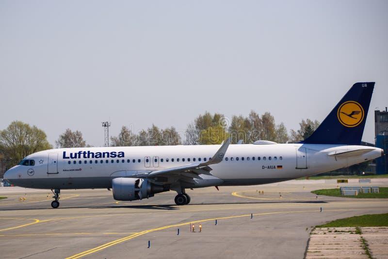 Atterrissage d'avion de Lufthansa Airbus 320-200 photos libres de droits