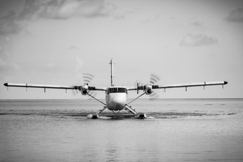 Atterrissage d'avion de mer sur l'eau maldivienne photos libres de droits