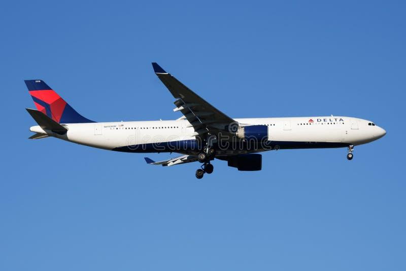 Atterrissage d'avion de passagers de Delta Airlines Airbus A330-300 N810NW à l'aéroport de Madrid Barajas image stock
