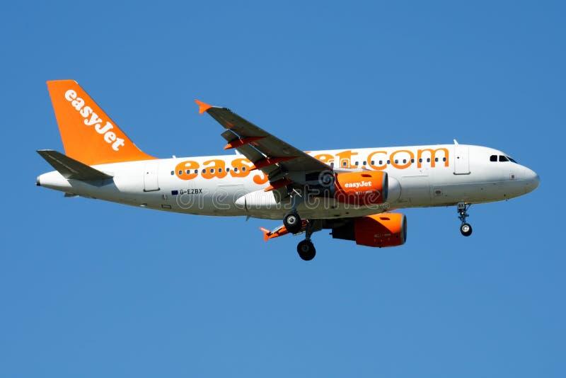 Atterrissage d'avion de passagers d'EasyJet Airbus A319 G-EZBX à l'aéroport de Madrid Barajas photographie stock libre de droits
