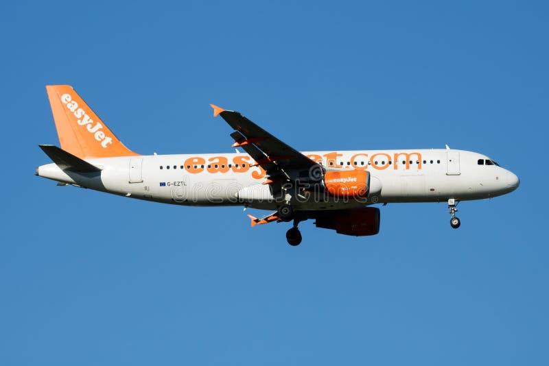 Atterrissage d'avion de passagers d'EasyJet Airbus A320 G-EZTL à l'aéroport de Madrid Barajas image stock