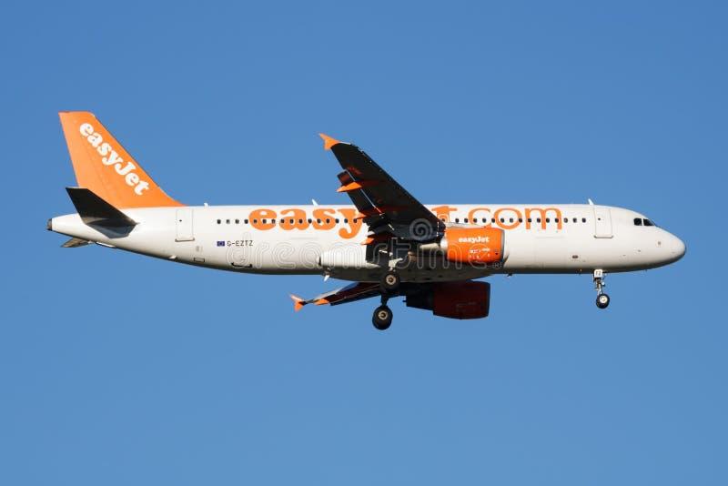 Atterrissage d'avion de passagers d'EasyJet Airbus A320 G-EZTZ à l'aéroport de Madrid Barajas images stock