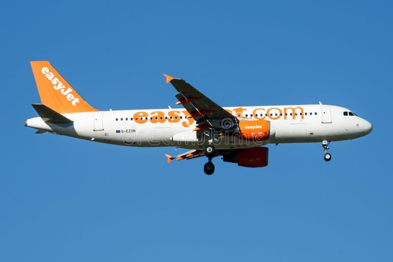 Atterrissage d'avion de passagers d'EasyJet Airbus A320 G-EZUN à l'aéroport de Madrid Barajas photo stock