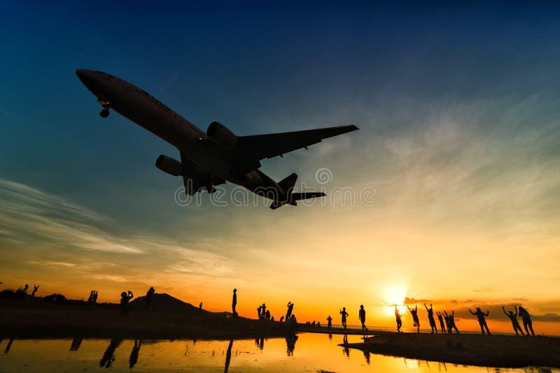 Atterrissage d'avion de Thai Airways à l'aéroport de phuket dans la soirée photos libres de droits