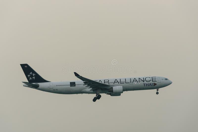 Atterrissage d'avion de Thai Airways à l'aéroport de phuket dans le jour brumeux images libres de droits