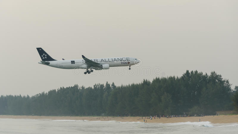 Atterrissage d'avion de Thai Airways à l'aéroport de phuket dans le jour brumeux photos libres de droits
