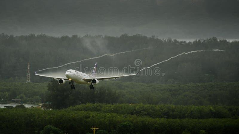 Atterrissage d'avion de Thai Airways à phuket photographie stock libre de droits