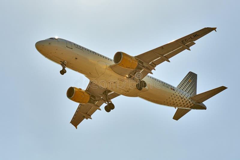 Atterrissage d'avion en ciel lumineux à Bruxelles photos stock