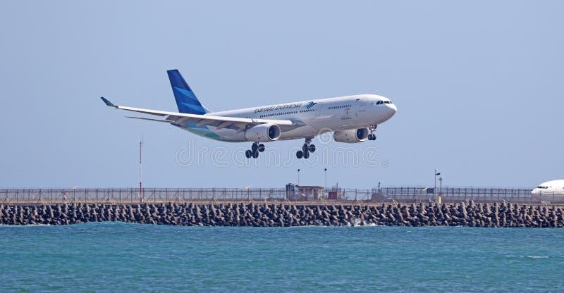 Atterrissage d'avion ou prise commercial moderne de l'aéroport images stock