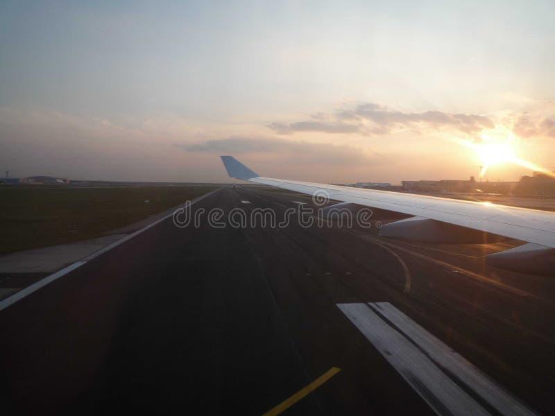 Atterrissage d'avion pendant la fin de la lumière du jour images libres de droits