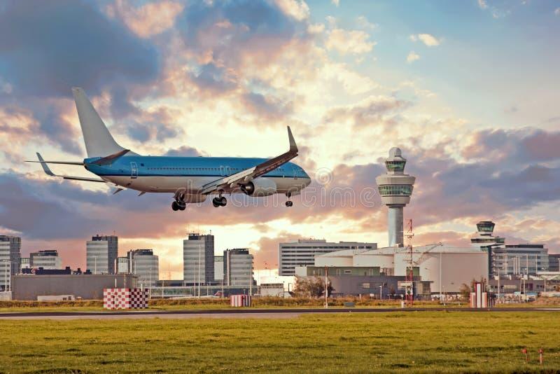 Atterrissage d'avion sur l'aéroport de Schiphol à Amsterdam Pays-Bas image libre de droits