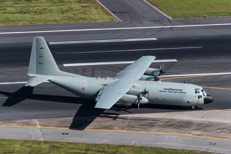 Atterrissage d'avion thaïlandais royal de l'Armée de l'Air à phuket images libres de droits