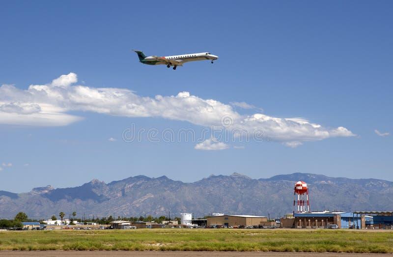 Atterrissage de jet à l'aéroport international de Tucson images stock