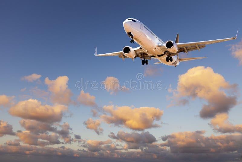 Atterrissage d'avions de ciel de coucher du soleil images libres de droits