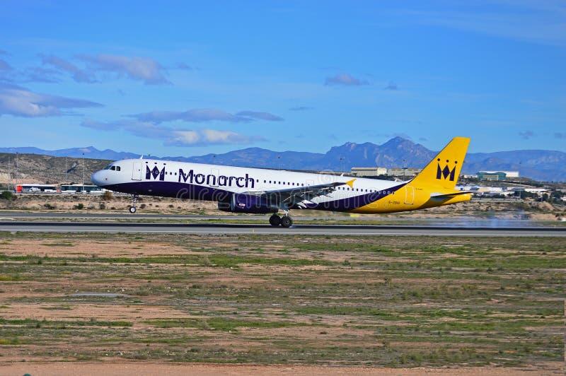 Atterrissage d'avions de Monarch Airlines à l'aéroport d'Alicante photos libres de droits