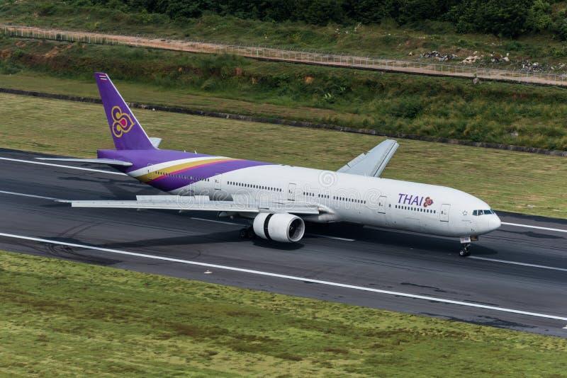 Atterrissage d'avions de Thai Airways à l'aéroport de phuket photographie stock libre de droits