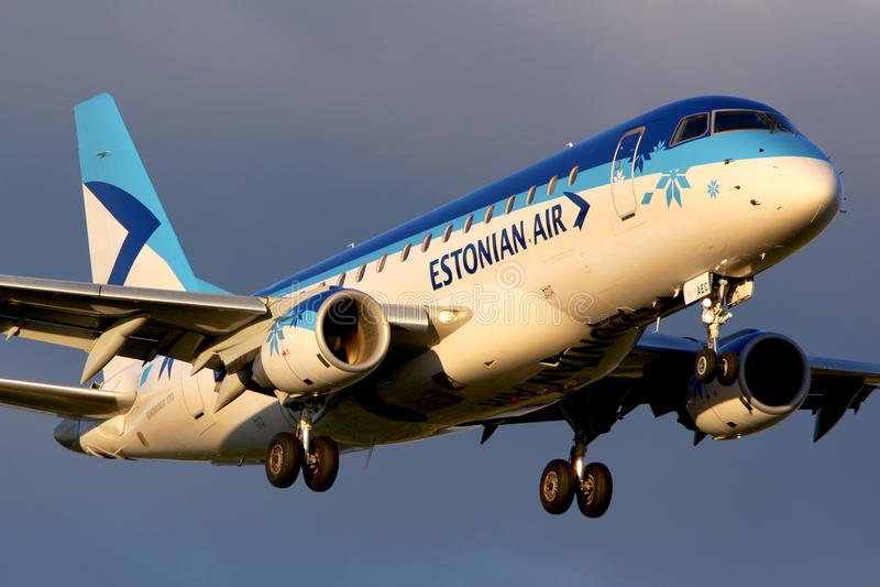 Atterrissage d'Estonian Air Embraer ERJ-170STD à l'aéroport international de Sheremetyevo photos stock