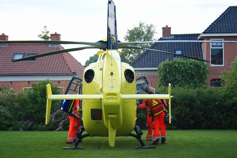 Atterrissage d'hélicoptère d'ambulance aérienne d'UMCG dans le village photographie stock libre de droits
