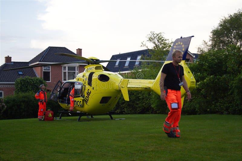 Atterrissage d'hélicoptère d'ambulance aérienne d'UMCG dans le village photo stock